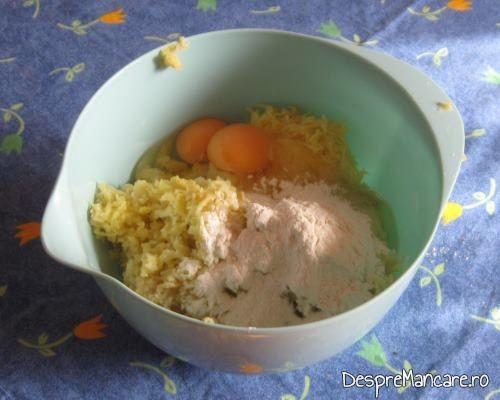 Ingrediente (cartofi, oua, zahar, vanilie, rom) pentru galuste cu prune.