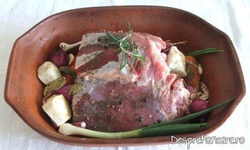Buture de vitel si legume, asezate in vasul roman, pregatite pentru coacere.