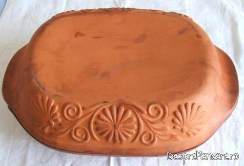 Vasul roman din ceramica este pregatit pentru a fi introdus in cuptorul aragazului.
