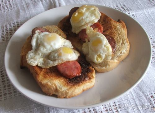 Pe ouale de prepelita si pe feliile de carnati, calde, se rade cascaval afumat pentru paine prajita cu carnati picanti si oua de prepelita.