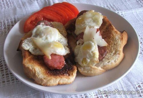 Paine prajita cu carnati picanti si oua de prepelita.