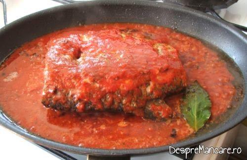 Adaugare suc de rosii pe trunchiul de peste prajit pentru platica la tigaie in sos de rosii, cu mamaliga calda.