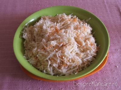 Salata de radacinoase servita cu paine prajita cu carnati picanti si oua de prepelita.