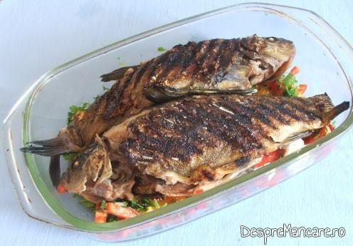Peste fript pe gratarul de tuci, asezat peste legumele taiate, pentru saramura de lin altfel.