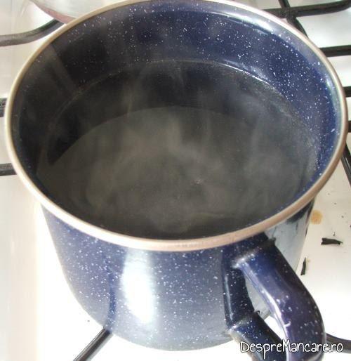 Apa fiarta, cu ulei de masline si zeama de lamaie, pregatita pentru a se turna pe pestele fript, pentru saramura de lin altfel.