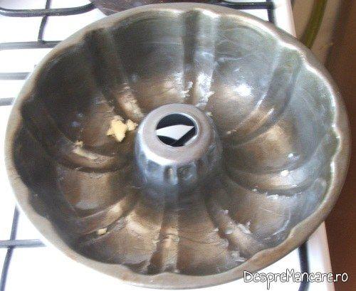 Forma de copt, unsa cu unt proaspat, pentru coacere pasca.