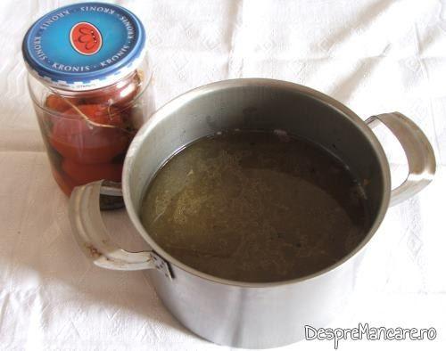 Zeama din carne de curcan si rosii natur de la borcan, pentru ciorba de curcan, cu ciuperci, acrita cu zeama de castraveti.