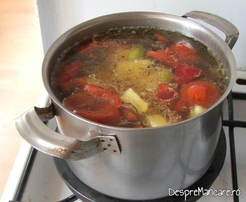 Legumele se fierb in zeama de carne de  curcan, pentru ciorba de curcan, cu ciuperci, acrita cu zeama de castraveti.