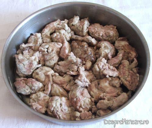 Creier de porc fiert si curatat de pielite pentru creier la cuptor cu paste fainoase si suc de rosii.