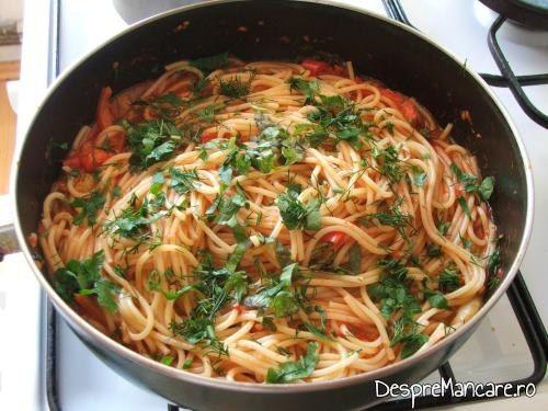 Spaghete gata pregatite pentru creier la cuptor cu paste fainoase si suc de rosii.