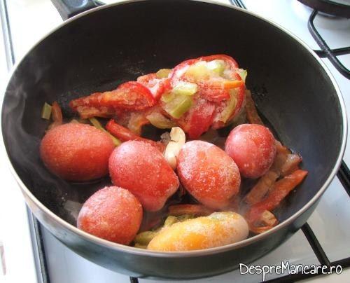 Rosii si ardei gras, congelate, puse in tigaie pentru calire, pentru creier la cuptor cu paste fainoase si suc de rosii.