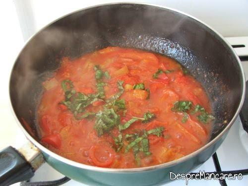 Suc de rosii, proaspat, facut din rosii si ardei gras, congelate, pentru creier la cuptor cu paste fainoase si suc de rosii.