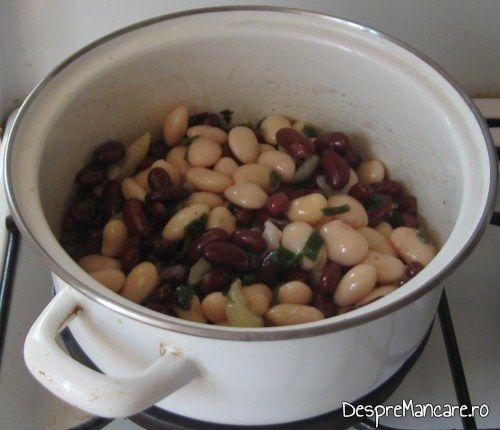 Fasole boabe scoasa din cutie si spalata sub jet de apa rece, impreuna cu ceapa calita pentru mancarica de fasole boabe, la minut.