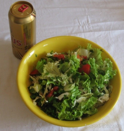 Salata de sezon servita cu mancarica de fasole boabe, la minut.