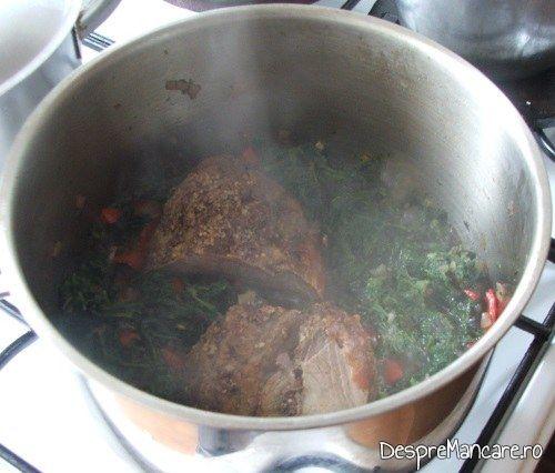 Peste urzicile calite se pun cateva felii de rosii decojite si felii de carne gata pregatita anterior, pentru urzici batute cu ou ochi.