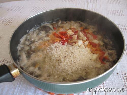 Adaugare orez, fasii de ardei gras, rosii peste ghebele calite pentru legume umplute cu carne si ghebe.