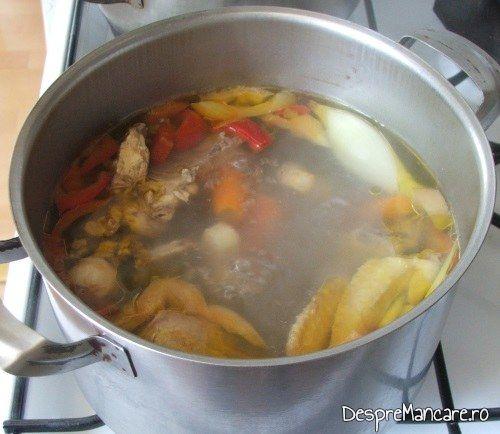 Carnea de gaina pusa la fiert pentru supa de gaina cu rosii si galuste.