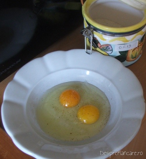 Oua proaspete, de gaina (cu galbenus portocaliu) si gris pentru galuste, la supa de gaina cu rosii si galuste.