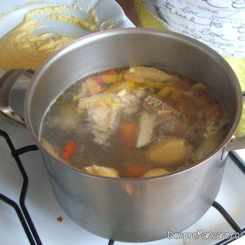 Galustile puse in supa fierbinte, care se fierb la foc potrivit, pentru supa de gaina cu rosii si galuste.