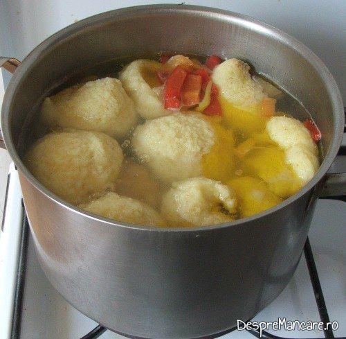 Adaugare suc de rosii proaspat sau de la conserva pentru supa de gaina cu rosii si galuste.