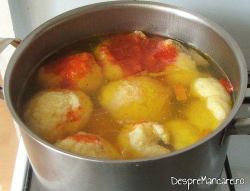 Adaugare suc de rosii in supa pentru supa de gaina cu rosii si galuste.