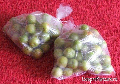Zarzane puse in pungute din plastic alimentar, legate la gura, pregatite pentru congelare rapida