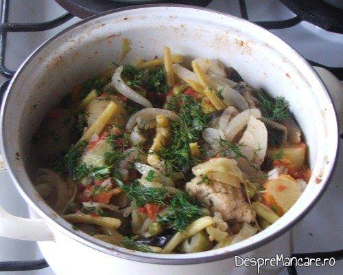 Ghiveci de legume in stil mediteranian, cu piept de curcan servit drept garnitura la maduvioare la cuptor.