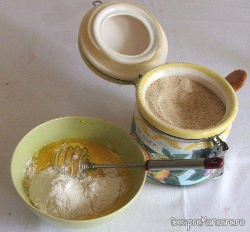 Oua de gaina batute cu lapte dulce, smantana grasa si unt pentru maduvioare la cuptor.