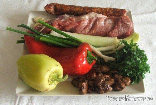 Ingrediente de trebuinta pentru muschiulet si carnat de porc cu legume, la tigaie, in sos de smantana.