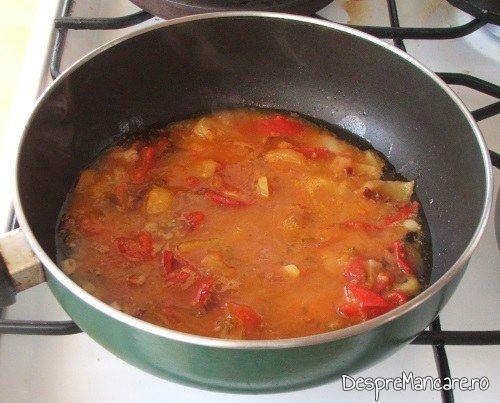 Pregatire sos pentru paste fainoase cu ansoa si suc de rosii.