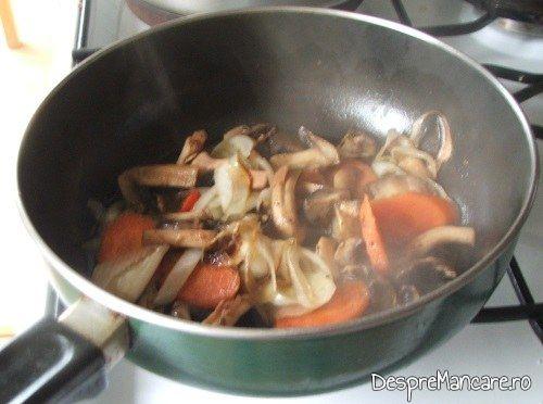 Legume care se calesc intr-un amestec de unt proaspat si ulei de masline pentru m.uschiulet de porc cu legume la tigaie, in sos de praz, ciuperci si smantana.
