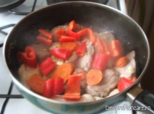 Ardei gras/ ardei capia, taiat bucati mai mari care se caleste impreuna cu legumele si carnea pentru muschiulet de porc cu legume la tigaie, in sos de praz, ciuperci si smantana.