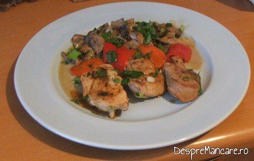 Preparatul muschiulet de porc cu legume la tigaie, in sos de praz, ciuperci si smantana este gata servit.