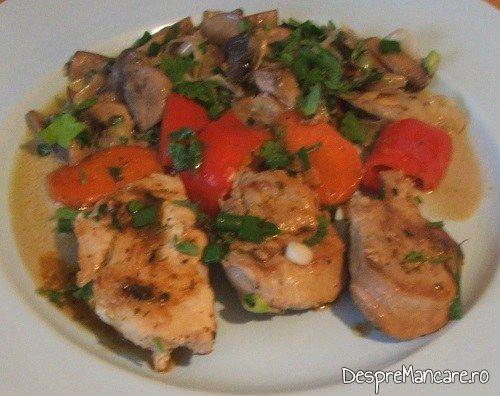 Muschiulet de porc cu legume la tigaie, in sos de praz, ciuperci si smantana.