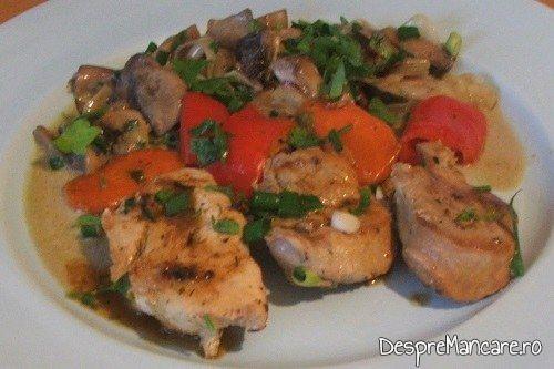 Muschiulet de porc cu legume la tigaie, in sos de praz, ciuperci si smantana, cu ingredientele existente, evidentiate in preparatul final.