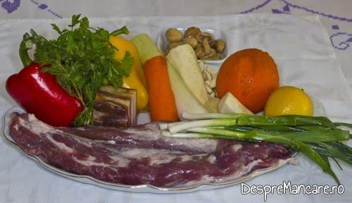 Ingrediente pentru muschiulet de porc cu legume la tigaie, in sos de praz, ciuperci si smantana.