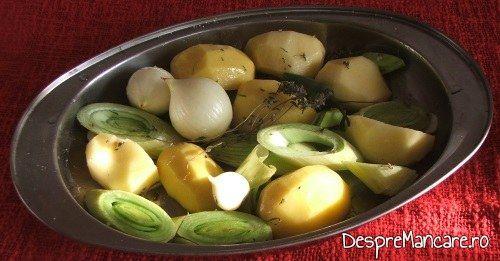 Legume asezate in tava pentru pulpa de rata cu legume, la tava.