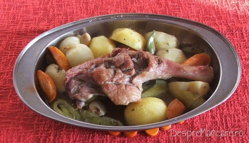 Pulpa de rata cu legume, la tava, gata pregatita.