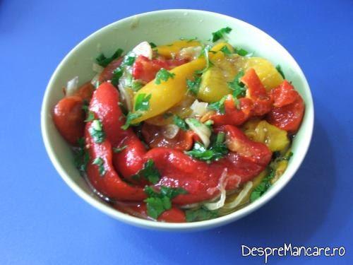 Salata de ardei copti servita  la tocanita din pipote de curcan.