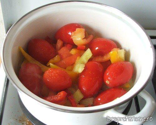 Legume inghetate (ardei si rosii), ceapa, praz si usturoi, care se calesc in untura de pasare pentru tocanita din pipote de curcan.