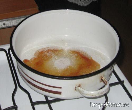 Zahar tos in curs de caramelizare si tapetare cratita pentru tort crema de zahar ars.