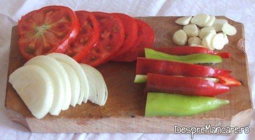 Legume feliate cu care se umplu vinetele pentru vinete impanate cu legume, la cuptor.