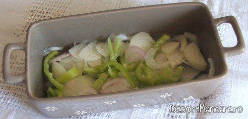 Ceapa, praz si ardei gras asezate pe fundul vasului termorezistent pentru pateu din ficat de curcan cu paine prajita.