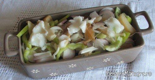 Ingrediente gata pregatite, asezate in vasul termorezistent pentru pateu din ficat de curcan cu paine prajita.