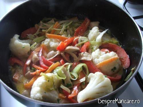 Buchetele de conopida adaugate in legumele care se calesc pentru somon la cuptor cu legume si ciuperci la tigaie.
