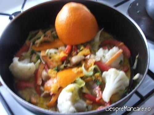 Legume gata pregatite pentru somon la cuptor cu legume si ciuperci la tigaie.