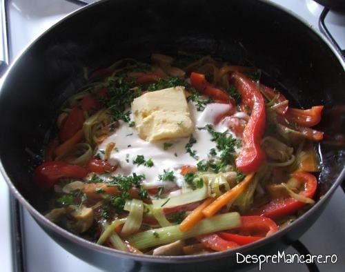 Legume calite, asezonate  si unt proaspat adaugat, pentru somon la cuptor cu legume si ciuperci la tigaie.