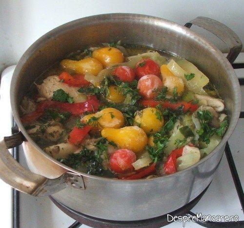 Rosii adaugate in reteta pentru tocanita din piept de pui, praz si pleorotus.