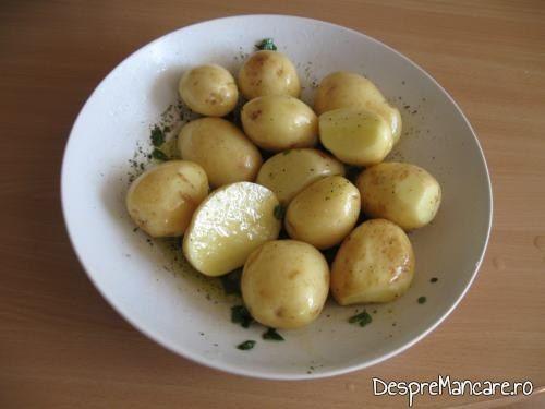 Cartofi pregatiti pentru pentru coacere, impreuna cu puiul la rotisor.