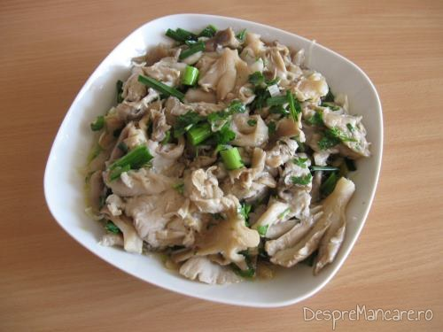 Salata de bureti iuti pentru pui la rotisor cu cartofi copti.